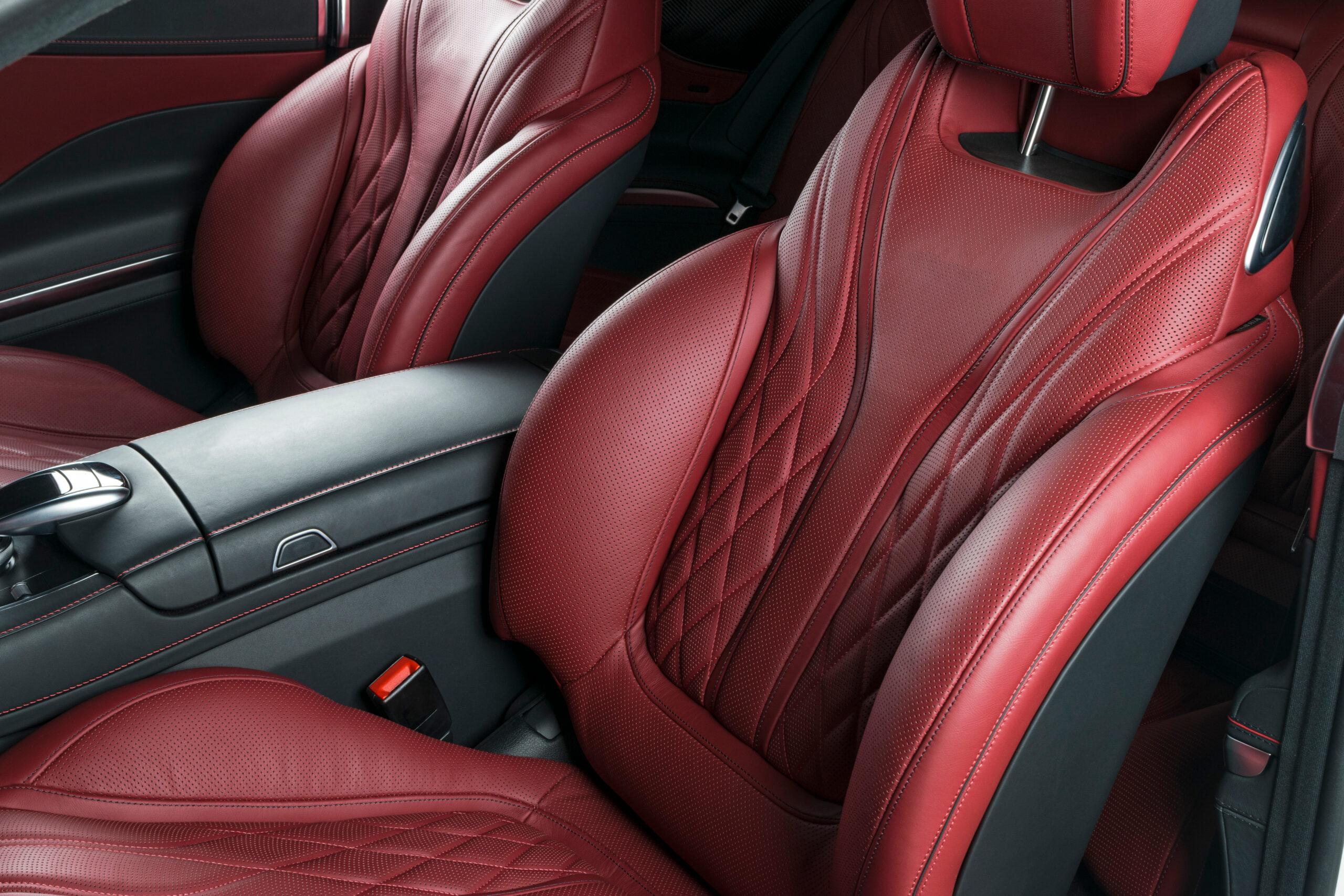 Czerwone skórzane fotele – akcesoria do samochodu